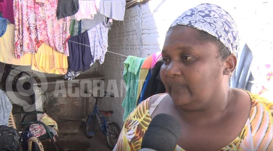 Imagem: mulher pedido ajuda casa queimada Casa é destruída pelo fogo e mãe pede ajuda