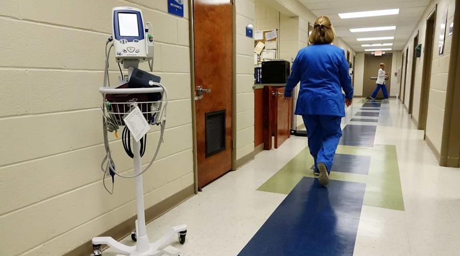Imagem: naom 5b45eedf06f26 Enfermeira é esfaqueada por homem revoltado com restrições em hospitais