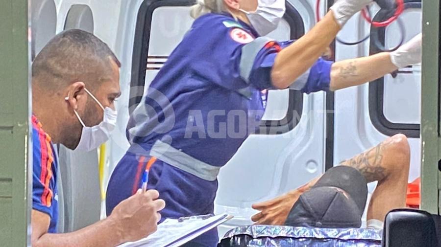 Imagem: vitima sendo atendida em Tangara Ferido após tiro, jovem corre e pede socorro em residência