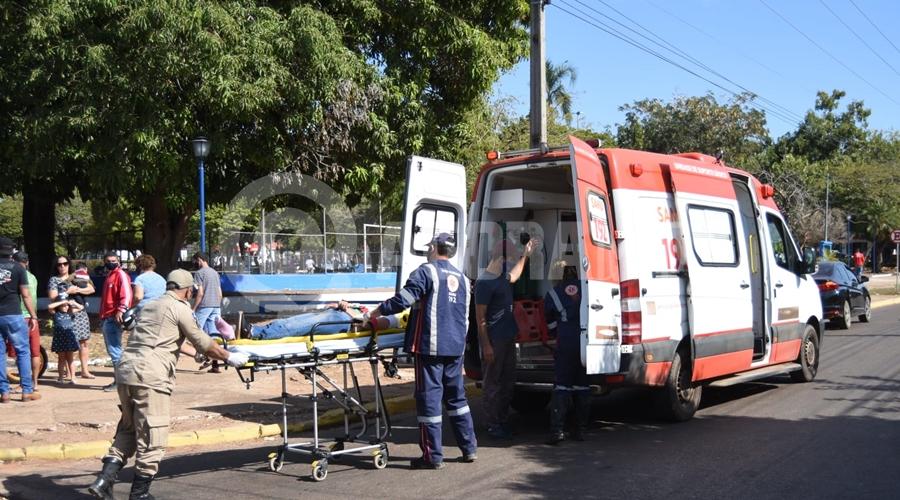 Imagem: vitima sendo socorrida Motociclista fica ferida após colisão em cruzamento