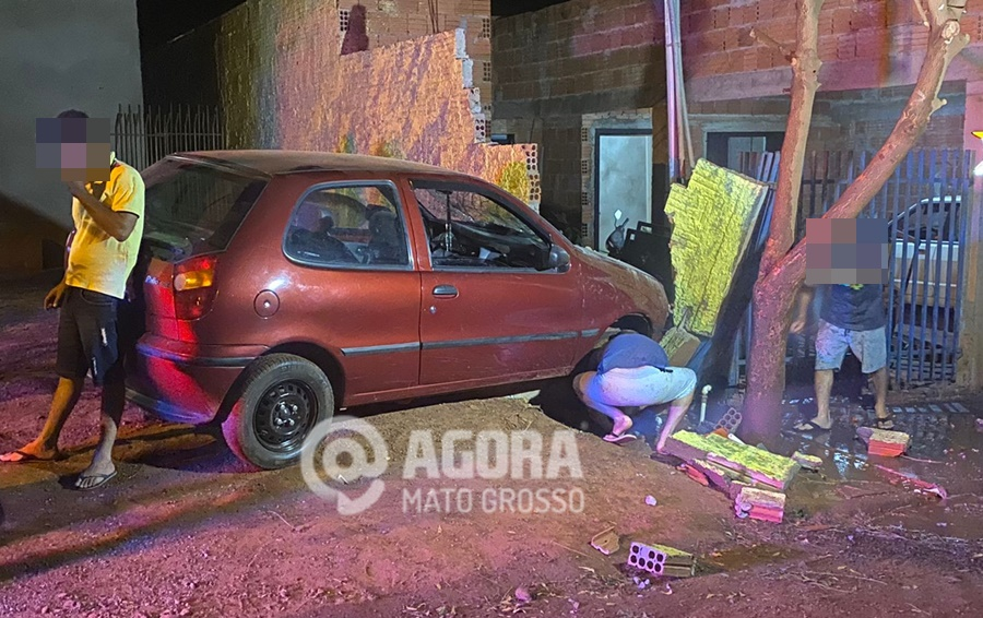 Imagem: 1cf4cab6 63d7 45d0 bd63 3d749ea55654 Motorista perde controle da direção e derruba muro de casa