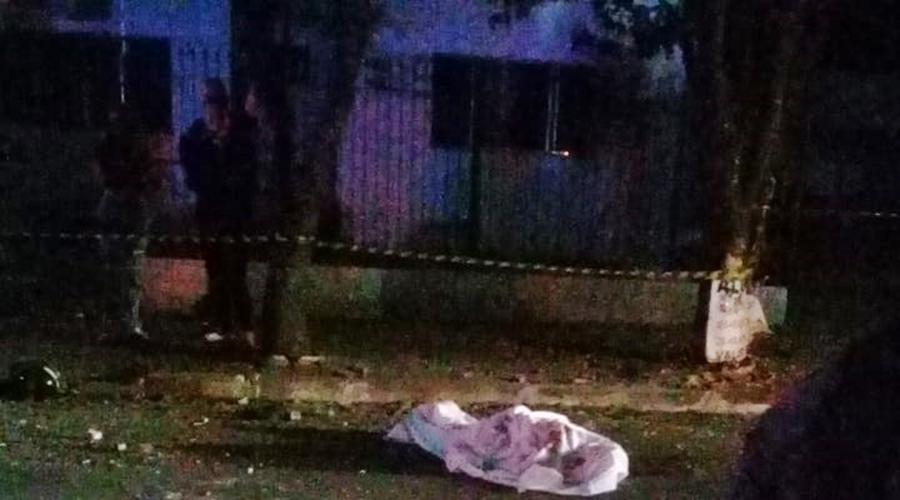 Imagem: 71e3c902 0962 4d99 adc1 93c556c2ccc7 Jovem morre após perder controle de moto e bater em árvore
