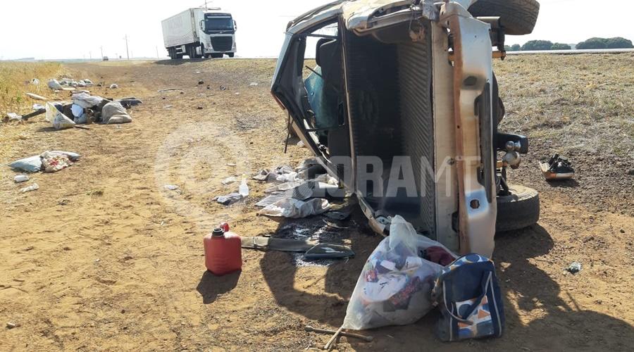 Imagem: A caminhonete ficou destruida Veículo capota sete vezes e quatro pessoas ficam feridas entre elas uma criança