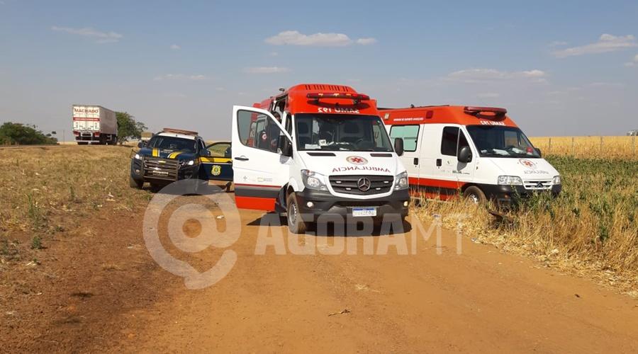 Imagem: As quatros pessoas que estavam no veiculo ficaram feridas duas delas em estado grave Veículo capota sete vezes e quatro pessoas ficam feridas entre elas uma criança