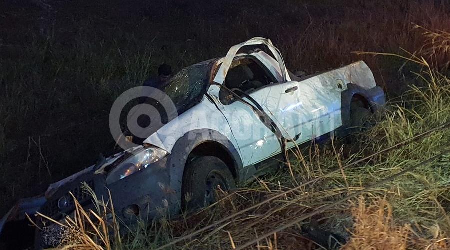 Imagem: Carro envolvido no acidente Carro bate em poste e duas pessoas ficam gravemente feridas