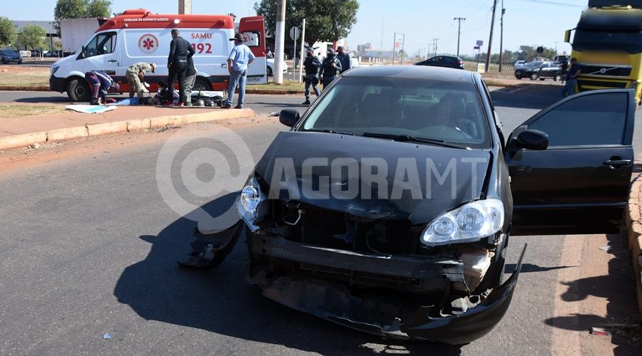 Imagem: Veiculo destruido a frente apos o acidente Mulher invade a preferencial e causa acidente em rotatória