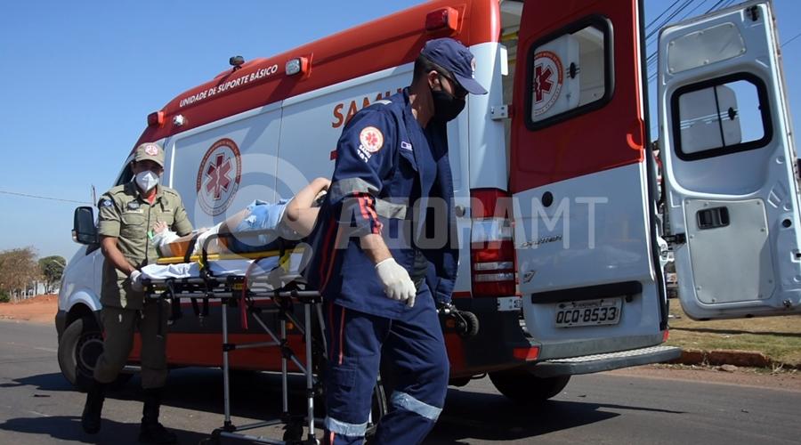 Imagem: Vitima de acidente sendo colocada na viatura do samu Mulher invade a preferencial e causa acidente em rotatória