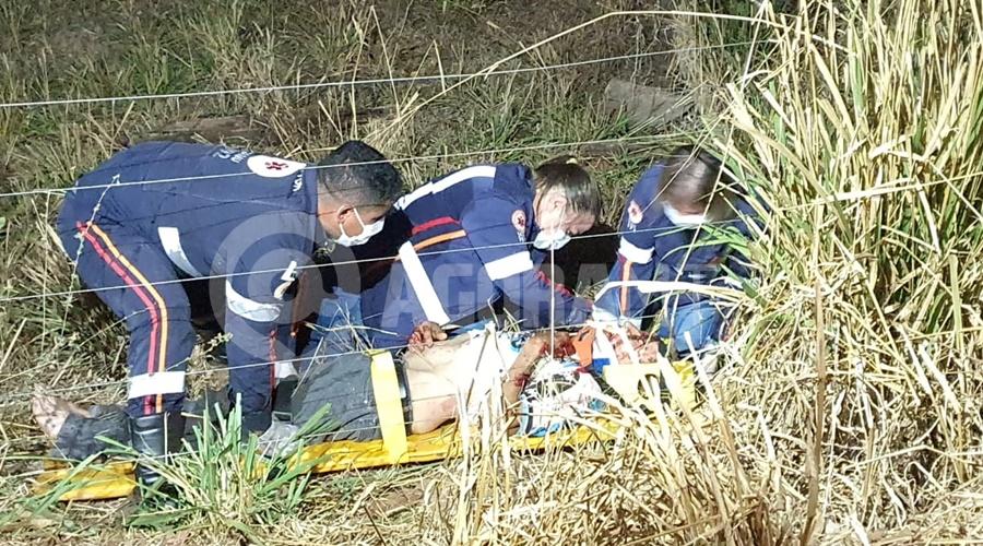 Imagem: Vitima em estado grave sendo socorrida Carro bate em poste e duas pessoas ficam gravemente feridas