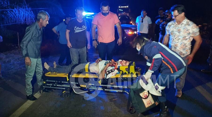 Imagem: Vitima foi arremessada a cerca de 30 metros do carro Carro bate em poste e duas pessoas ficam gravemente feridas