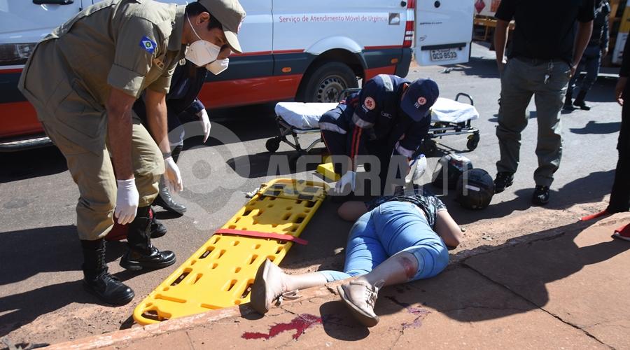 Imagem: Vitima recebendo atendimento do samu Mulher invade a preferencial e causa acidente em rotatória