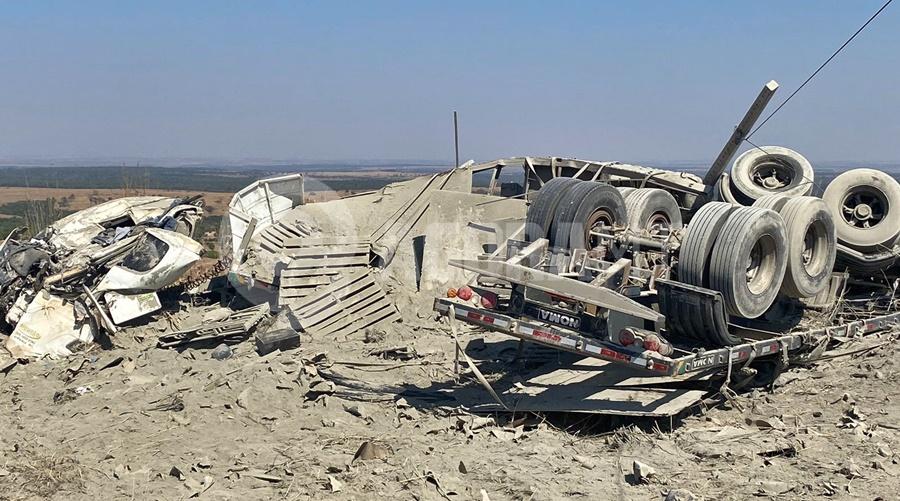 Imagem: carreta tombada Carreta fica totalmente destruída e motorista preso às ferragens após tombamento na Serra