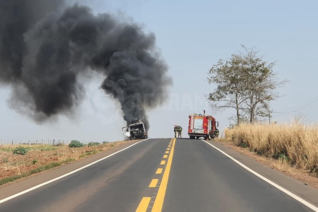 Imagem: incendio bombeiro Caminhão-tanque pega fogo na MT-358 e motorista sai ileso