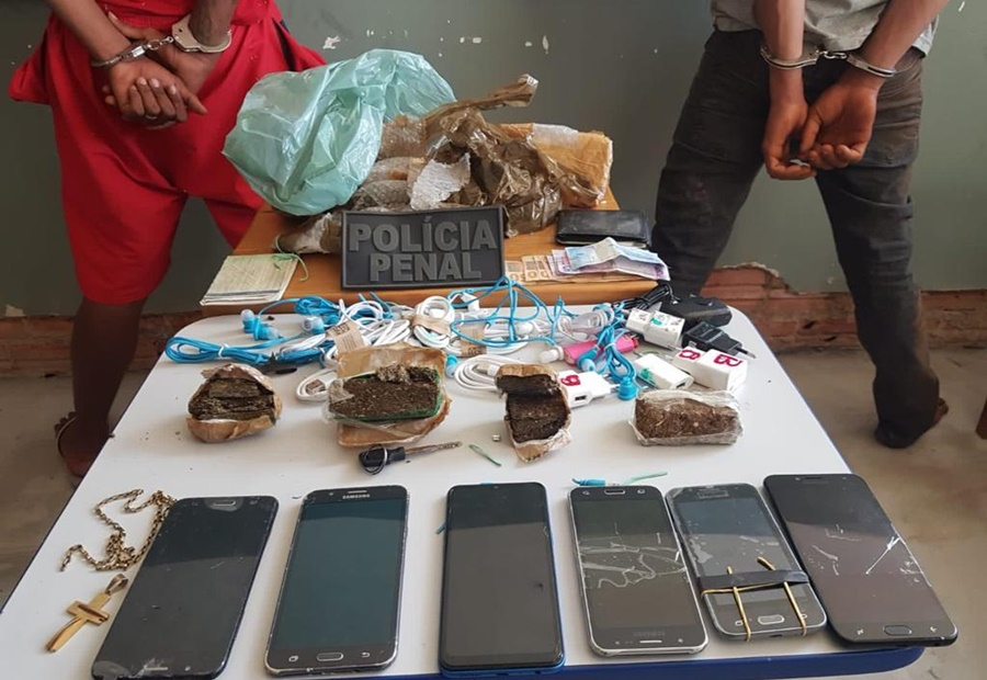 Imagem: material apreendidos com os suspeitos Policiais prendem suspeitos tentando jogar mochila dentro de presídio