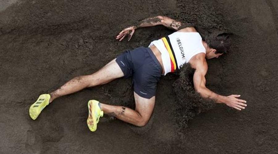 Imagem: thomas van der plaetsen belgica atletismo decathlon 04082021051421207 Tóquio   Atleta belga cai no decatlo e sai de cadeira de rodas da prova