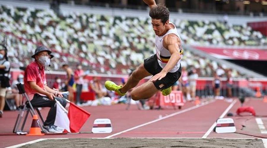 Imagem: thomas van der plaetsen belgica atletismo decathlon 04082021051423012 Tóquio   Atleta belga cai no decatlo e sai de cadeira de rodas da prova