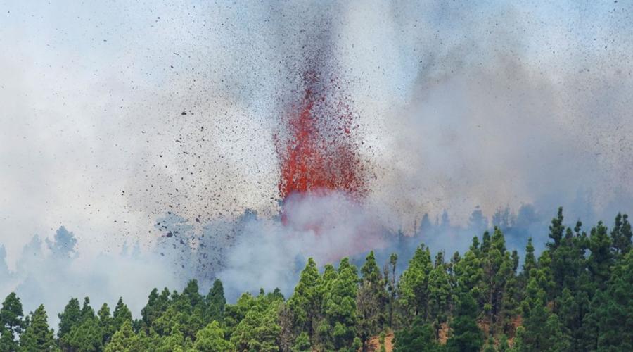 Imagem: 2021 09 19t182658z 478954599 rc23tp9pdpro rtrmadp 3 spain volcano Ilhas Canárias   Lava de vulcão continua a se aproximar da água