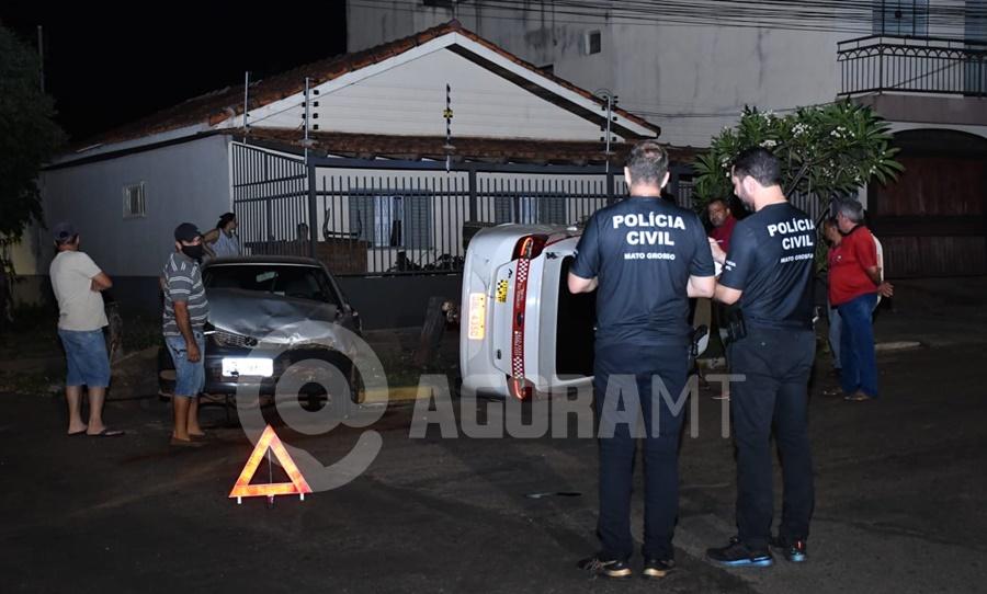 Imagem: A Policia Civil esteve no local Taxista invade a preferencial e causa capotamento no Centro