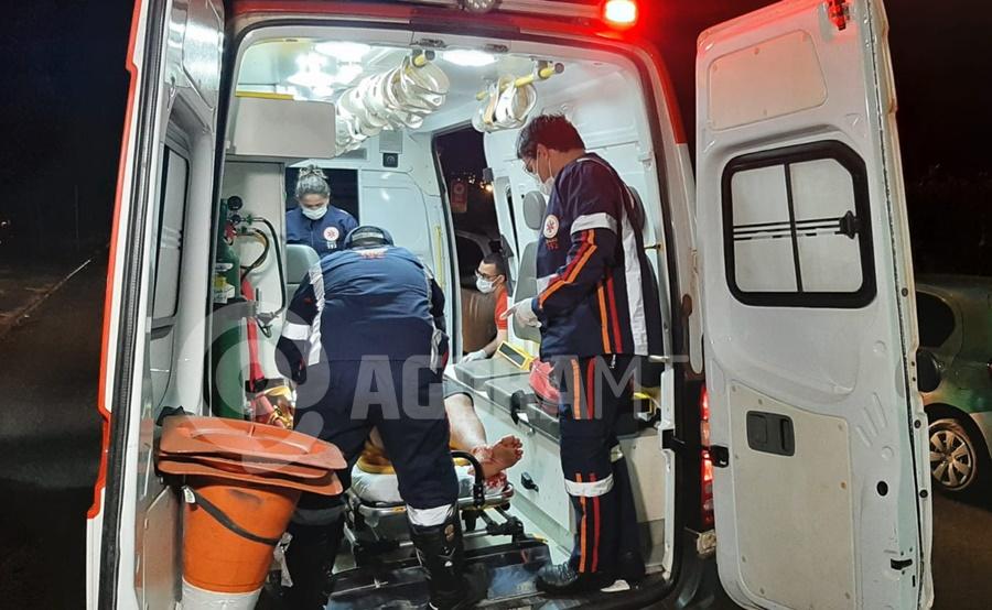 Imagem: A vitima foi encaminhada para o Hospital Regional Homem é esfaqueado dentro de casa após ser surpreendido por bandidos