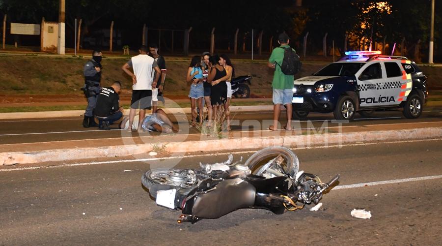 Imagem: Atropelamento na Avenida dos Estudantes Motorista de caminhonete bate em traseira de moto e foge do local