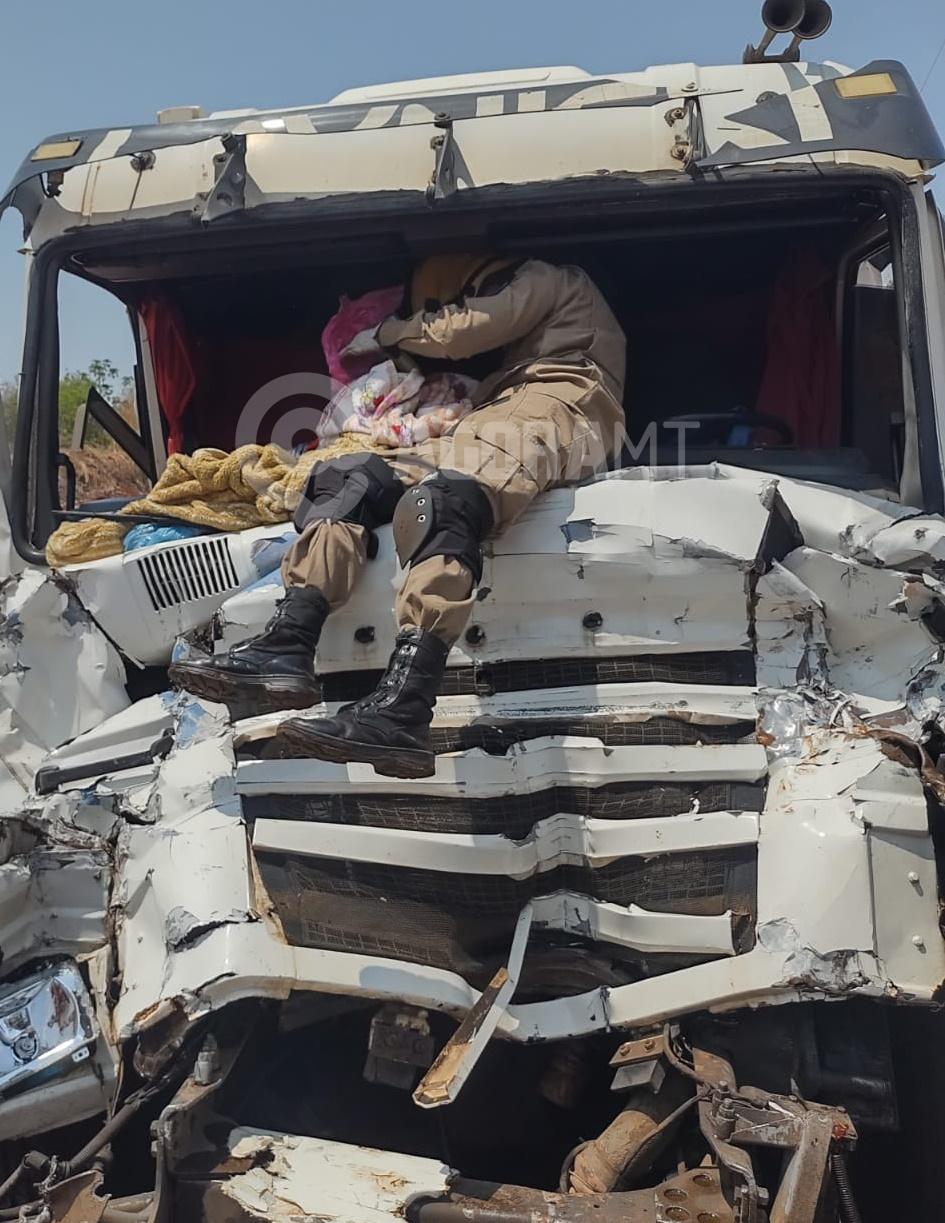 Imagem: Bombeiro no para brisa Porta de carreta trava após acidente e bombeiros socorrem vítimas pelo para-brisa