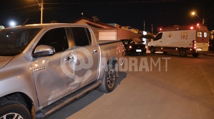 Imagem: Camimhonete envolvida no acidente Em rua sem sinalização, acidente entre dois veículos deixa motociclista gravemente ferido