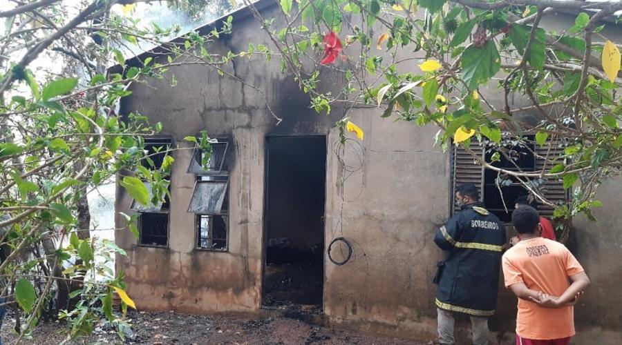Imagem: Casa incendiada em Juscimeira Morador tenta se livrar de colmeia de abelha e acaba colocando fogo na casa, motos e bicicletas