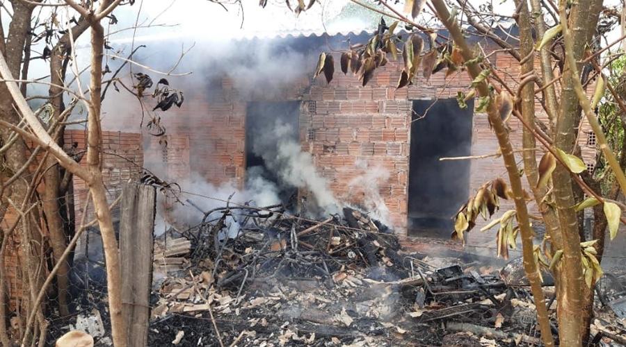Imagem: Casa incendiada Morador tenta se livrar de colmeia de abelha e acaba colocando fogo na casa, motos e bicicletas