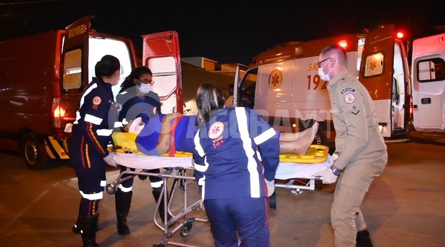 Imagem: Condutor da moto sendo atendido pela equipe medica do samu Em rua sem sinalização, acidente entre dois veículos deixa motociclista gravemente ferido
