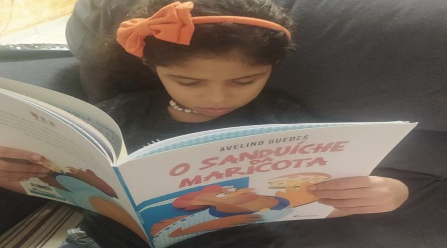 Imagem: Crianca lendo Projeto Historinha para Contar realiza a 2ª edição do concurso literário dia da Criança Autora