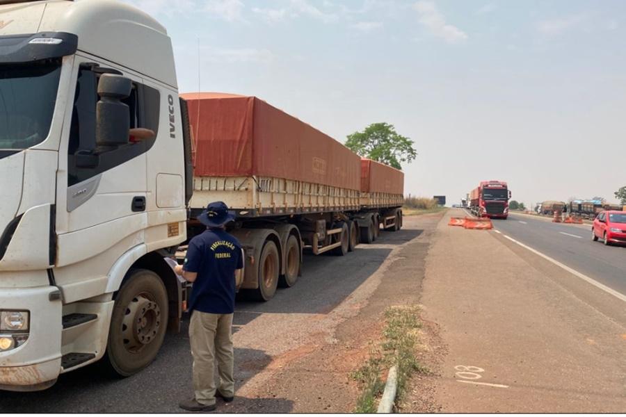 Imagem: Fiscalizacao BR 364 Força tarefa realiza fiscalização na BR 364 em cargas de insumos agrícolas