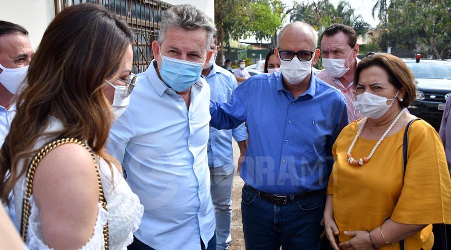 Imagem: Governador Mauro Mendes chegando com o prefeito Prefeito e governador vão avaliar situação do distrito industrial e outras obras