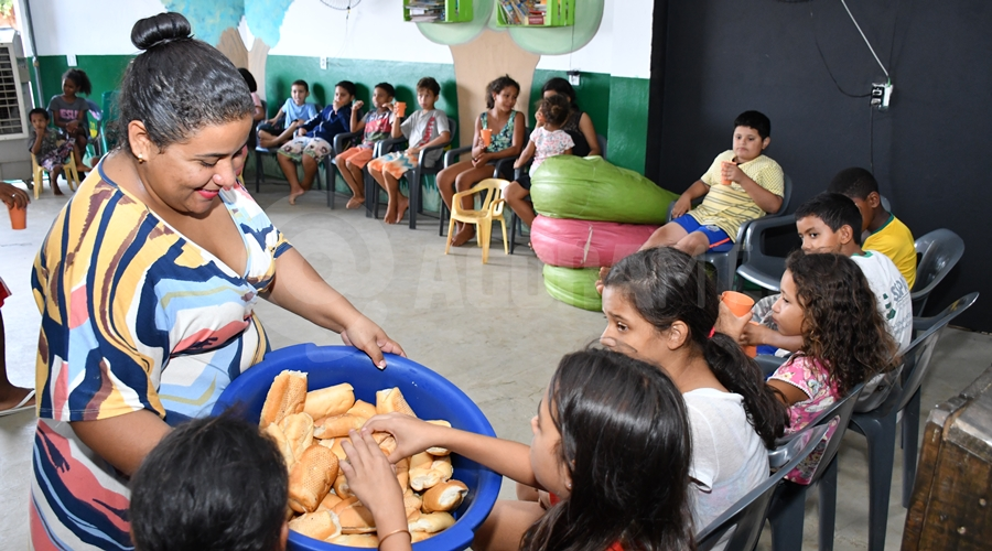 Imagem: Lanche no projeto Jardim de Deus no Bairro Alfredo de Castro Projeto 'Jardim de Deus' atende crianças carentes e se mantém através de doações