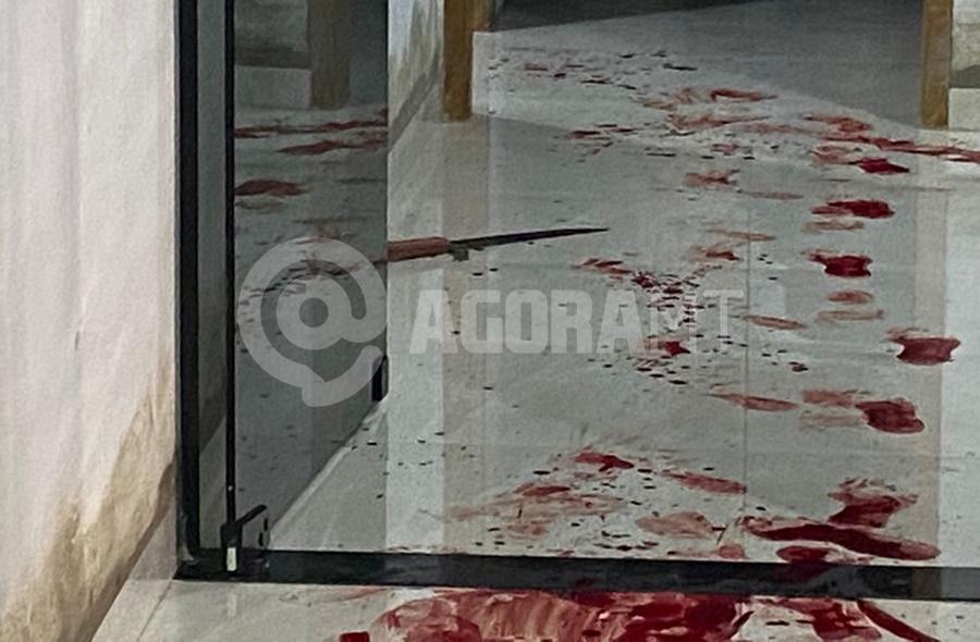 Imagem: Marcas de sangue na casa da vitima Homem é esfaqueado dentro de casa após ser surpreendido por bandidos