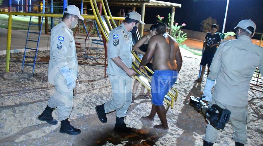 Imagem: Momento que os militares do Corpo de Bombeiros retiraram a crianca do brinquedo Criança de 05 anos fica pendurada com braço preso em escorregador de pracinha