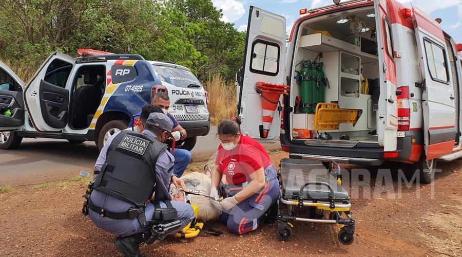 Imagem: Motorista do caminhao ficou ferido e foi socorrido pelo Samu Caminhão cegonha tomba na MT-358 e motorista fica ferido