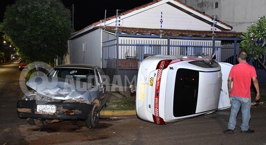 Imagem: Nenhum dos motoristas se feriram Taxista invade a preferencial e causa capotamento no Centro