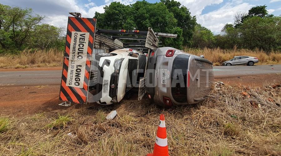 Imagem: O caminhao cegonha transportava varios veiculos Caminhão cegonha tomba na MT-358 e motorista fica ferido