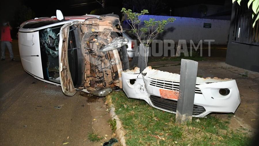 Imagem: O carro do taxista ficou totalmente destruido Taxista invade a preferencial e causa capotamento no Centro