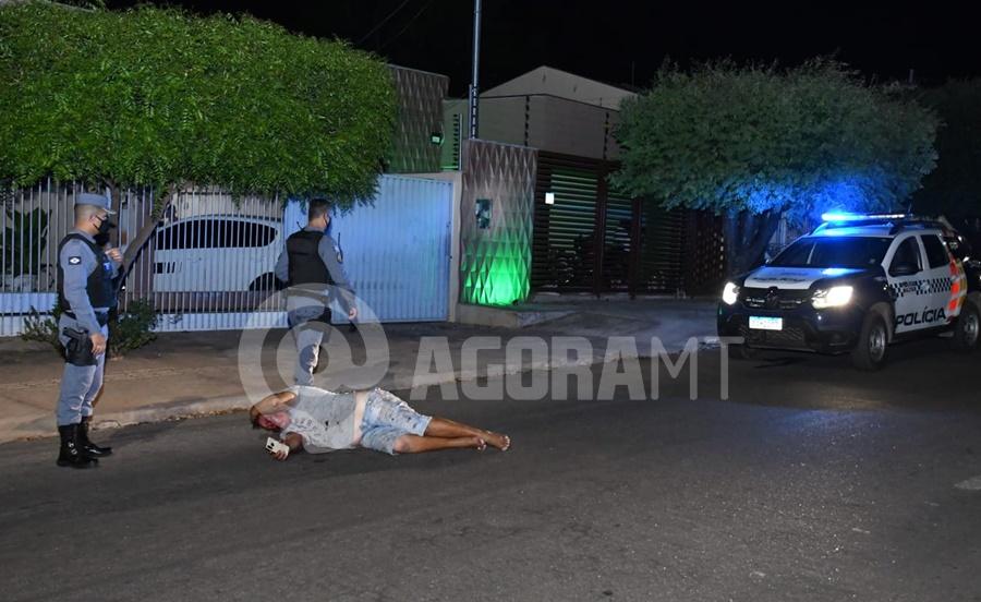 Imagem: PM encontrou a vitima caida Homem é encontrado ensanguentado no meio da rua