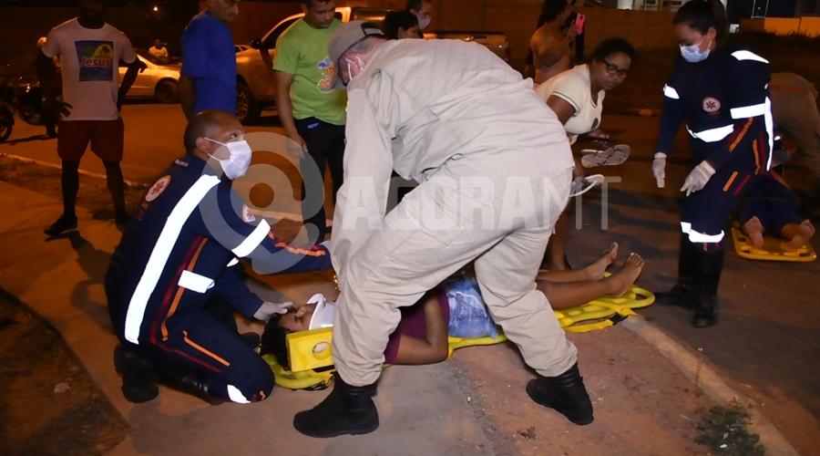 Imagem: Passageira da moto sendo atendida Em rua sem sinalização, acidente entre dois veículos deixa motociclista gravemente ferido