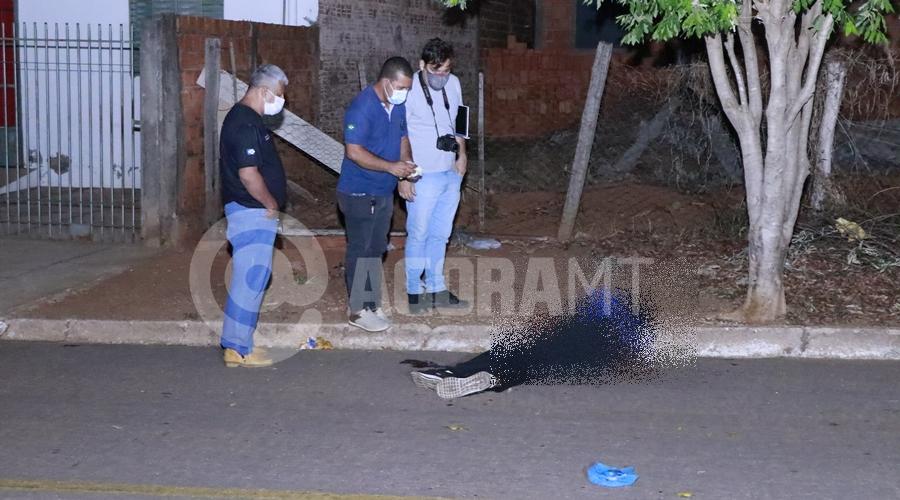 Imagem: Peritos trabalhando na cena do crime Jovem é assassinado com 7 facadas no abdômen em Rondonópolis