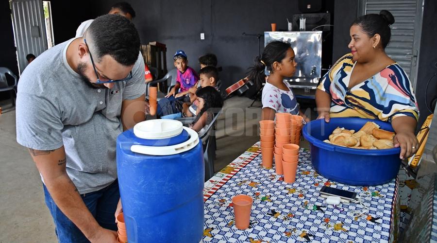 Imagem: Preparando o lanche Projeto 'Jardim de Deus' atende crianças carentes e se mantém através de doações