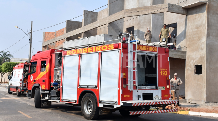 Imagem: Samu e bombeiro socorrendo vitima de queda Pedreiro cai de andaime e é socorrido em estado gravíssimo pelo Samu