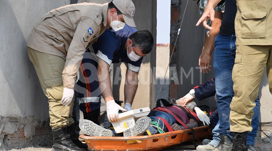 Imagem: Samu socorrendo vitima de acidente Pedreiro cai de andaime e é socorrido em estado gravíssimo pelo Samu