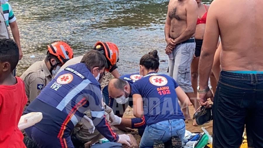 Imagem: Socorristas realizando massagem cardiaca Homem tenta atravessar o rio e morre afogado