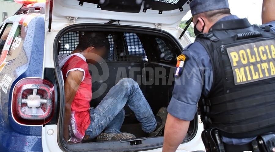 Imagem: Suspeito detido pela PM por roubo a residencia no Jr Gramdao Indivíduo é pego em flagrante tentando furtar e é espancado, amarrado e preso
