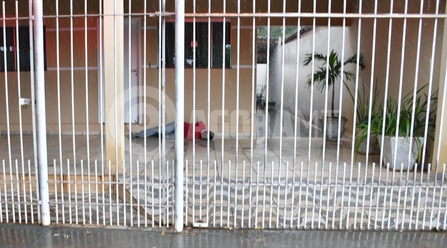 Imagem: Suspeito detido por roubo a residencia Indivíduo é pego em flagrante tentando furtar e é espancado, amarrado e preso
