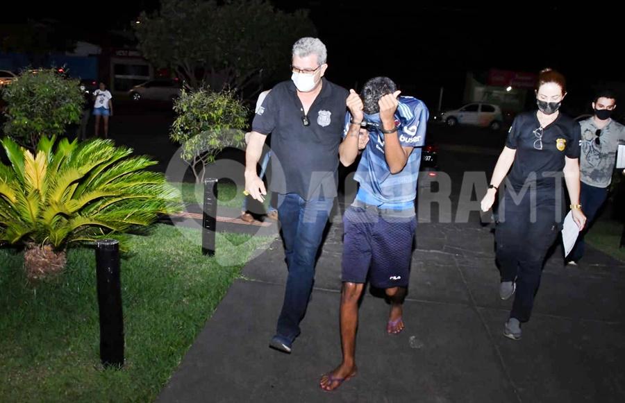 Imagem: Suspeito sendo encaminhado para delegacia Em menos de 24h após homicídio, DHPP fecha o cerco e captura suspeito