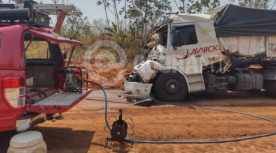 Imagem: Uma das carretas ficou com a cabine destruida Porta de carreta trava após acidente e bombeiros socorrem vítimas pelo para-brisa