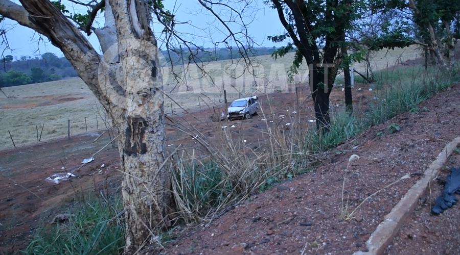 Imagem: Veiculo todo destruido apos capotar na MT 130 Motorista anda em zigue-zague e capota carro